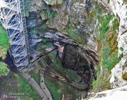 "a Padirac-barlang 75 méter mély ""szakadék-bejárata"""