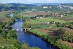 panoráma a Dordogne-folyó környéki tájra Domme-ból