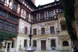 Sinaia: a Peleş-kastély egyik udvara