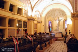 a Károlyi család ősi kriptája a kaplonyi ferences rendi templomban