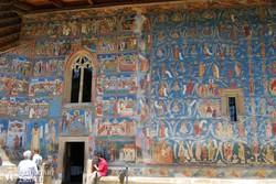 Voronet kolostorának díszes külső falai