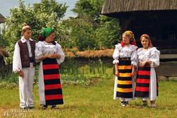 népviseletbe öltözött gyerekek a máramarosszigeti skanzenben