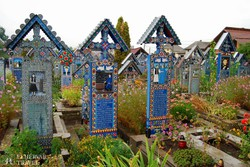 színes fejfák a szaploncai Vidám temetőben