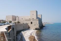 Trani tengerpartja a várral