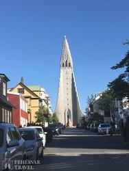 reykjavíki utcarészlet a Hallgrims-templommal
