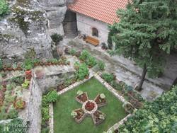 Meteorák – egy kolostor udvarának részlete