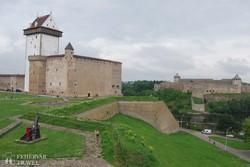 Narva vára; a háttérben a folyó orosz oldalán Ivangorod erődítménye