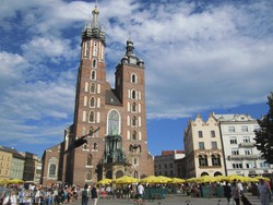 az égbenyúló Mária-templom a krakkói főtéren
