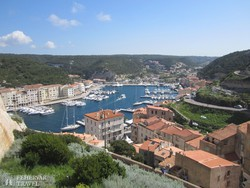 Bonifacio alsóvárosa a fjordszerű tengeröböl partján