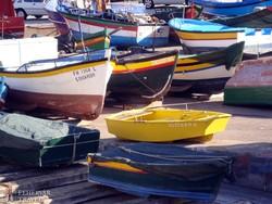 színes madeirai csónakok