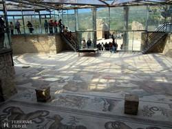 Piazza Armerina: mozaikok a római villából – üvegtető alatt
