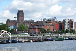 Liverpool anglikán katedrálisa az Albert Dock felől