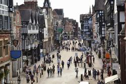 nyüzsgő utca Chester történelmi óvárosában