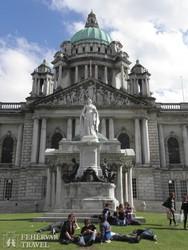 Belfast: a városháza épülete Viktória királynő szobrával