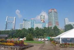 szállodák és kilátótorony a kanadai Niagara Falls városban