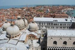 panoráma a Szent Márk-székesegyházra és a Doge palotára a Campaniléből