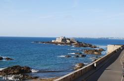 pillantás a partvidékre Saint-Malo városfalairól
