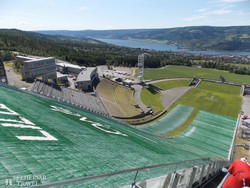 panoráma az Olimpiai Parkra Lillehammerben a síugrósánc tetejéről