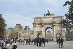 a Carrousel diadalív, háttérben a Louvre és üvegpiramisa