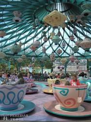óriás teáscsészék Alice Csodaországában