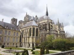 a reimsi katedrális gótikus támpillérei és az érseki palota