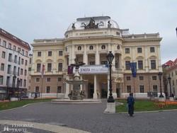 a Nemzeti Színház díszes épülete Pozsony óvárosában