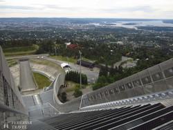 panoráma Oslóra a Holmenkollen sísánc tetejéről