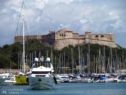 Antibes kikötője, háttérben a Fort Carré (Carré erőd)