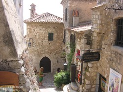 Eze Village egy hangulatos utcája