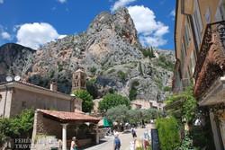 a hegyek között megbúvó Moustiers Sainte-Marie