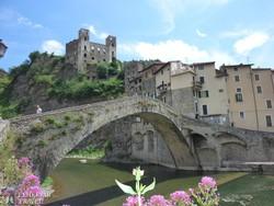Dolceacqua középkori kőhídja a várral