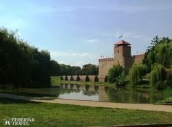 az Alföld egyetlen épen maradt téglavára a Gyulai vár-tó felől