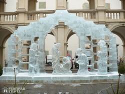 a jégből faragott Betlehem a grazi Tartományi székház udvarán