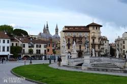 Padova dísztere, a Prato della Valle, háttérben a Szent Antal bazilika tornyai