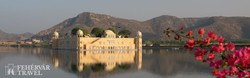 festői környezetben a Jal Mahal tavi kastély Jaipur mellett