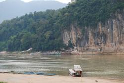 a Mekong folyó egy részlete, háttérben a Pak Ou barlang bejáratával