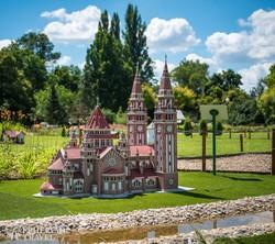 a szegedi dóm makettje a szarvasi Mini Magyarország parkban