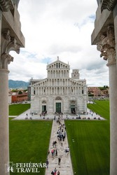 Pisa – a székesegyház a Csodák terén, háttérben a Ferde-torony