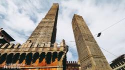 ferde tornyok Bologna óvárosában