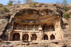 Gwalior: dzsain szobrok a hegyre épült erődkomplexumban