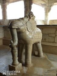 elefántszobor a ranakpuri dzsain templomban