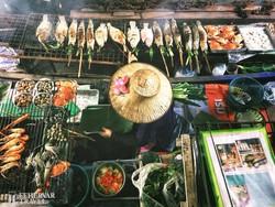 a Damnoen Saduak úszó piac egyik árusa