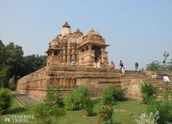 Khajuraho egyik 1000 éves temploma az erdő mélyén
