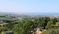 panoráma Gradarából a Rimini környéki üdülőhelyre