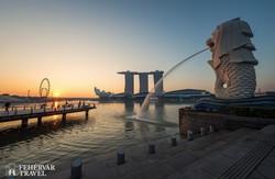 Szingapúr jelképe a Merlion, háttérben a Marina Bay épületei