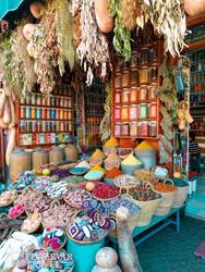 fűszerárus a marrakeshi piacon