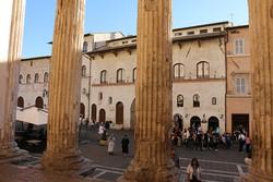 Assisi főtere a Minerva-templom bejárata felől