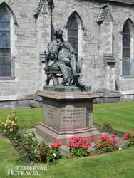 Sir Benjamin Lee Guinness szobra Dublinban (a Szent Patrik-katedrális parkjában)