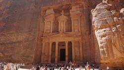 a híres sziklába vájt Kincsesház Petrában