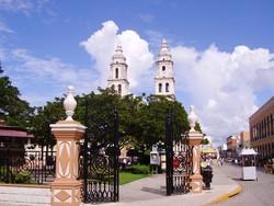 Mérida – utcakép háttérben a katedrálissal